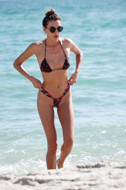 Модель Алина Байкова на пляже