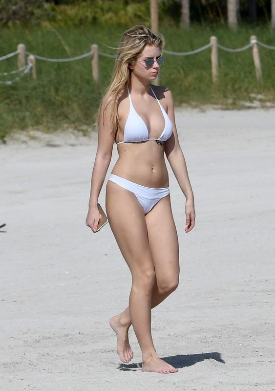 Лотти Мосс на пляже