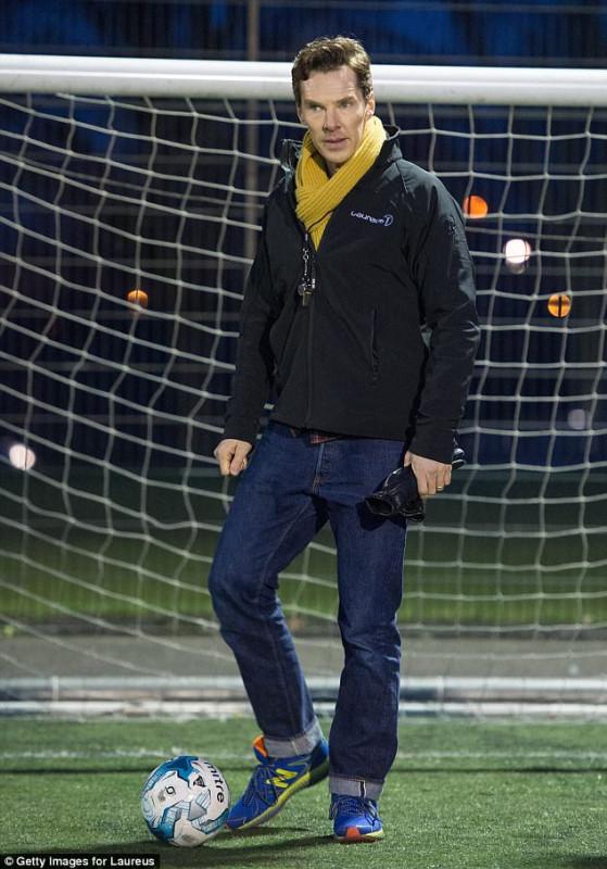 Бенедикт Камбербэтч поиграл в футбол с детьми