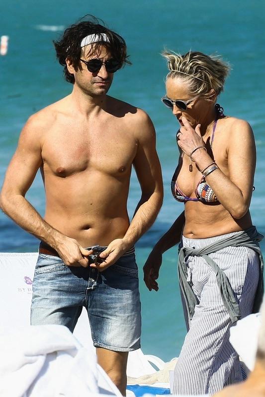 Шэрон Стоун отмечает юбилей с бойфрендом на пляже