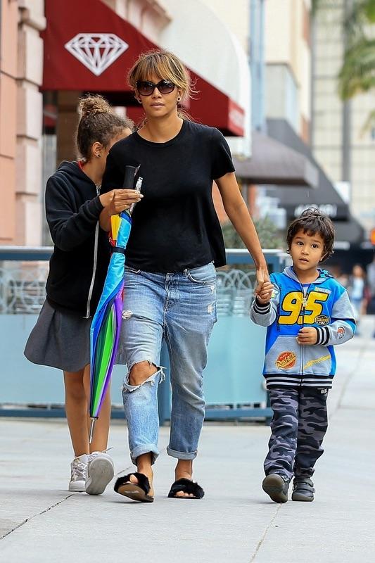 Холли Берри с детьми в ЛА
