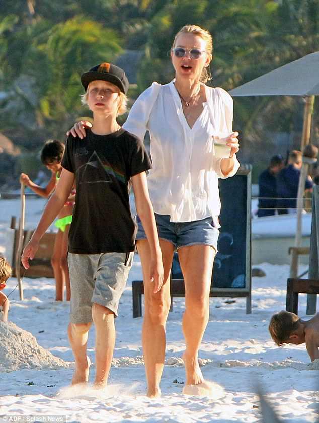 Мама и сын на пляже