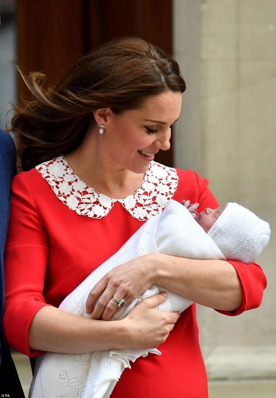 Королевская пара показала новорожденного малыша