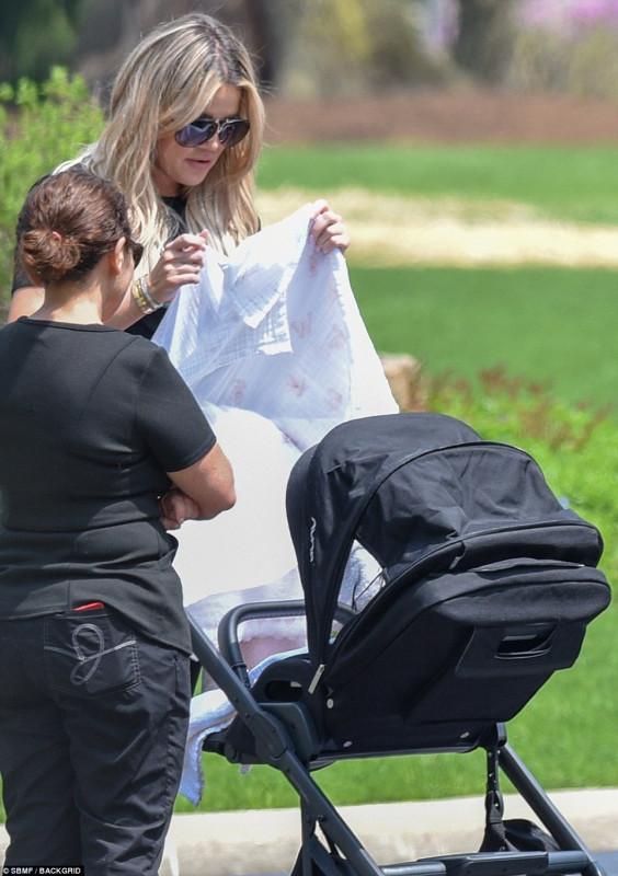 Дочки-матери на прогулке середине, которую, парке, прогулке, заметили, дочкой, воскресенье, назвали, дочку, апреля, родила, реалитишоу, Звезда, мамой, стала, впервые, Кардашян, Кливленде