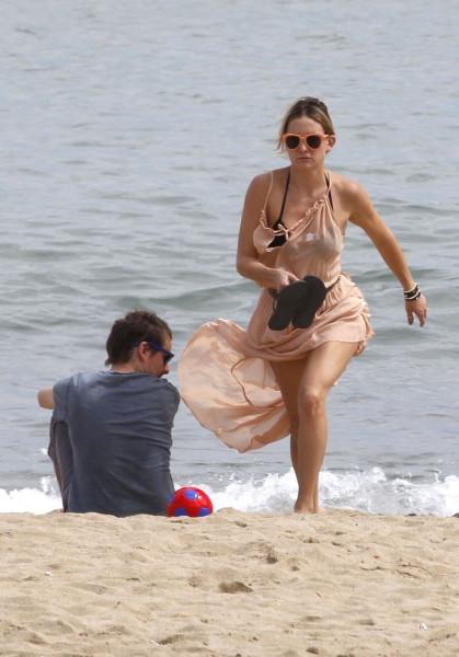 Hudson+relaxes+beach+Barcelona+4nDhUpRfijTx