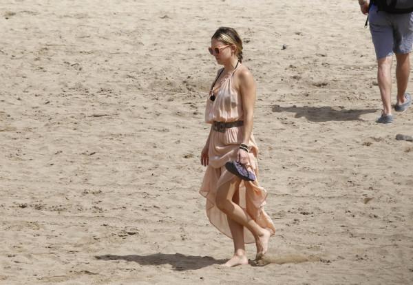 Hudson+relaxes+beach+Barcelona+aFs2fMxjqh_x
