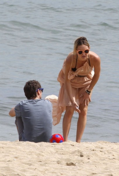 Hudson+relaxes+beach+Barcelona+i40BkPcNI1gx