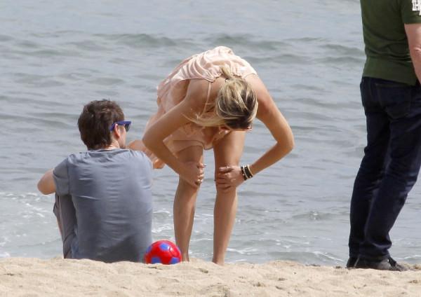 Hudson+relaxes+beach+Barcelona+OW7d06XXR3Rx