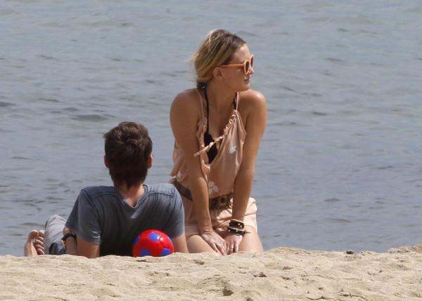 Hudson+relaxes+beach+Barcelona+r8uAq5ppqcDx