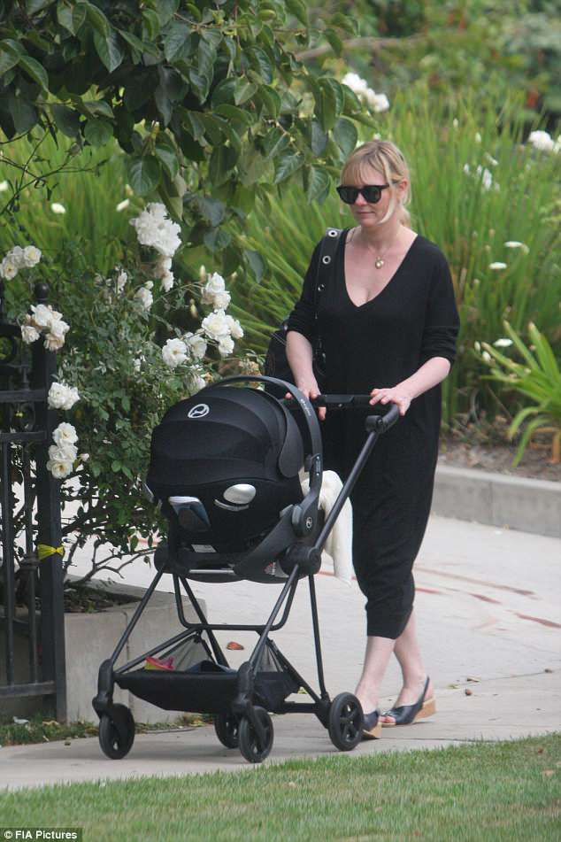 Кирстен Данст с малышом на прогулке