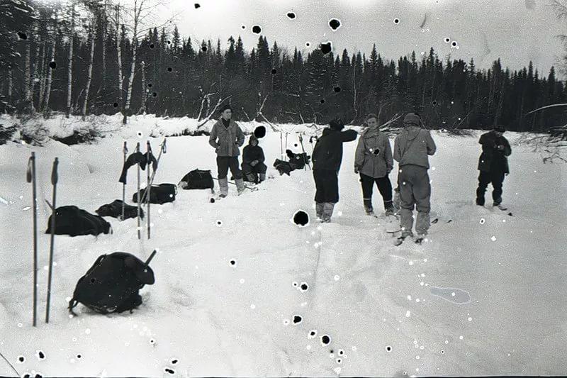 Рюкзаки, лыжи, туристы, записи в дневнике... и тайны, тайны. Фото: Гугл.