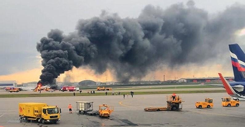 Секунда - и самолет загорелся. Фото: Гугл.