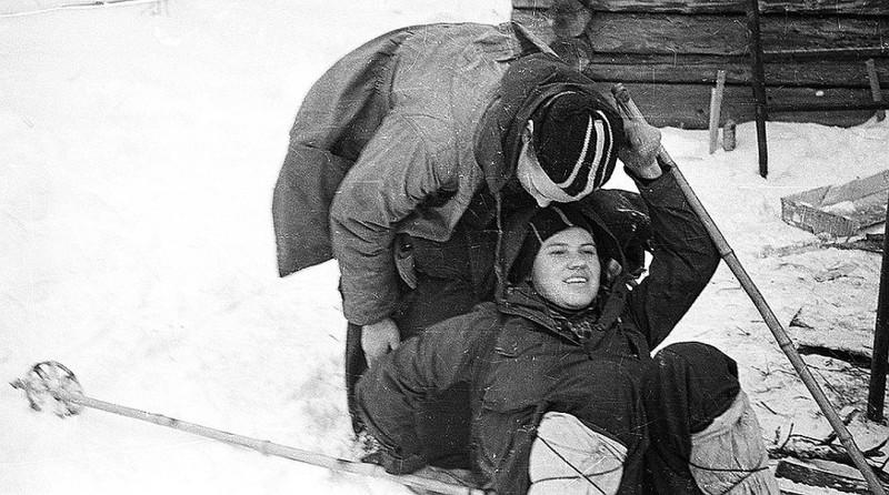 Юрий Юдин и Зина Колмогорова - прощание во 2-м Северном. При радикулите подобные наклоны просто противопоказаны. Фото: Гугл.