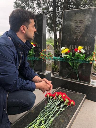 Владимир Зеленский на могиле своего дедушки 9 мая 2019 года.