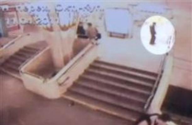За несколько секунд до взрыва. Дмитрий Коновалов вот-вот приведет в действие взрывное устройство. Или не Коновалов? Фото:Гугл.