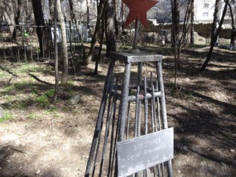 Так могила Семена Золотарева на Ивановском кладбище Екатеринбурга выглядела до недавнего времени.
