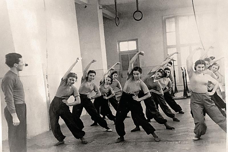 """Семен Золотарев ведет урок гимнастики. Семен? Золотарев? Фото: """"Комсомольская правда""""."""