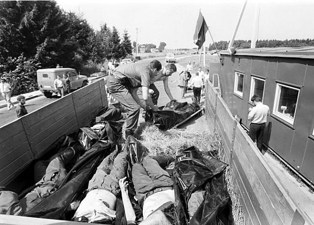 Убитых в литовском Мядининкае складывают в кузов грузовика. 31 июля 1991 года. Фото: Гугл.