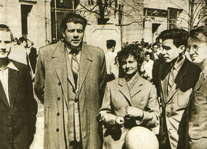 Иван Науменко (самая крупная фигура - в буквальном смысле - на снимке) с коллегами по писательскому ремеслу на первомайской демонстрации  1958 года в Минске. Фото: Википедия.