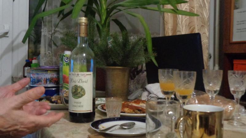 """""""Выпьем за Родину, выпьем за Сталина"""". Главное, что потом еще нальем. Фото: Гугл."""
