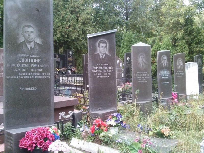 Могилы погибшего экипажа на одном из кладбищ в Киеве. Фото: Гугл.