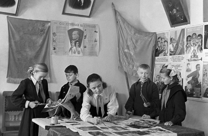 Так над стенгазетой трудились советские школьники. Фото: Гугл.