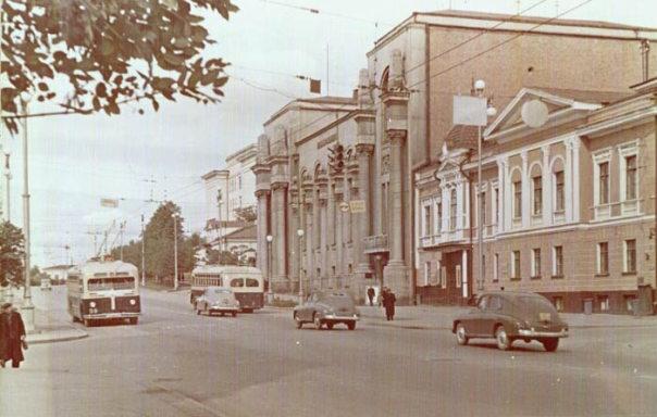 На улицах Свердловска середины прошлого века еще звучат шаги Семена Золотарева. Фото: Гугл.