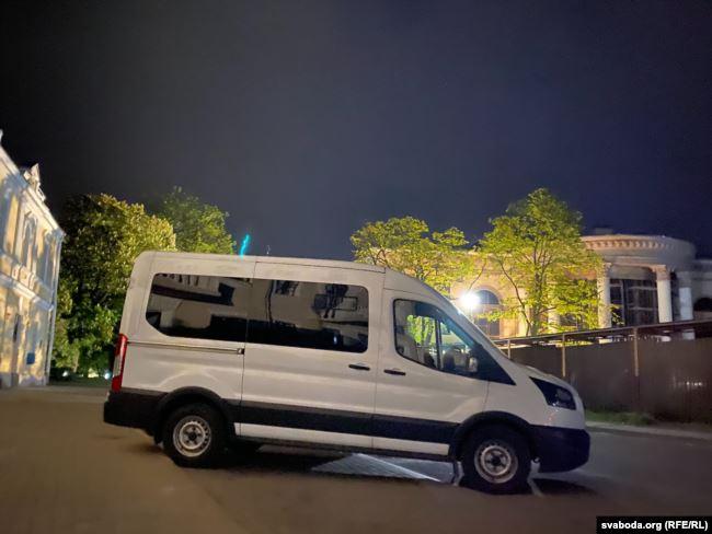Микроавтобус с сотрудниками возле опустевшей машины Сергея Тихановского в Гродно. Фото: Радыё Свабода.