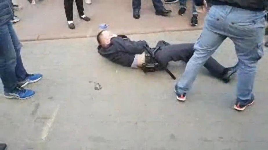 Старший лейтенант милиции Владимир Козловский на суровом гродненском асфальте. Фото: Наша ніва.