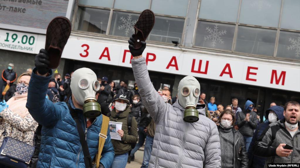 Люди возле пикета Светланы Тихановской. Минск, 31 мая 2020 года. Фото: Радыё Свабода.