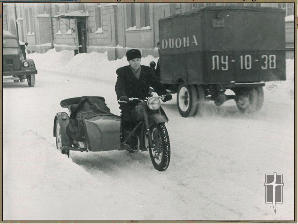 Сотрудник КГБ Литовской ССР, замаскированный под мотоциклиста. Видимо, катит изымать какого-то гражданина. Фото: Литовский Музей оккупации и борьбы за свободу.