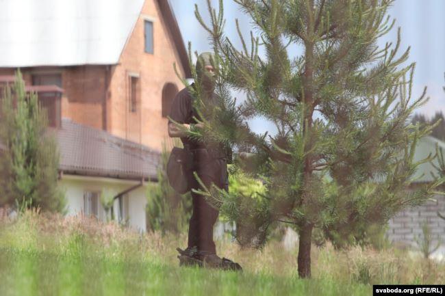 Кто за елочкой в черном? Боевик ДФР. Фото: Радыё Свабода.