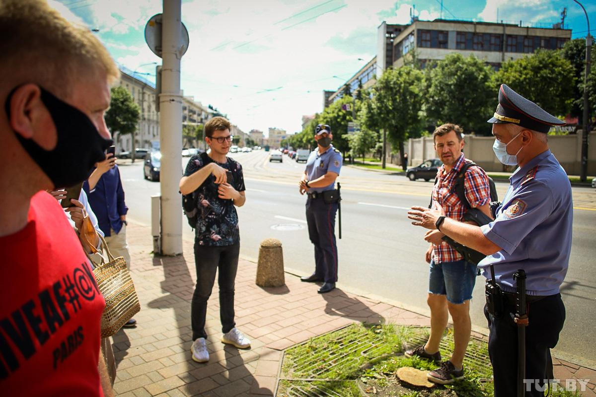 Белорусская міліція  очередь считает правонарушением. Фото: Tut.by