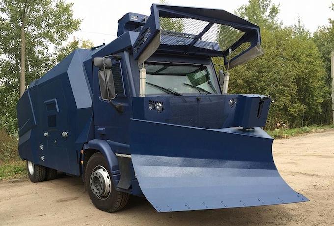 Вот такой водометный тракторчик-бульдозерчик мы вполне можем увидеть на белорусских улицах в августе 2020. Фото: Гугл.