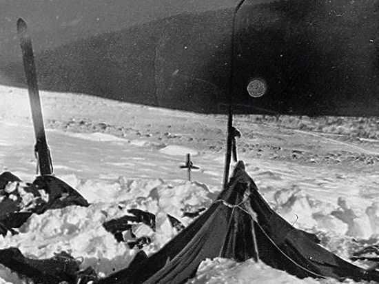 Палатка дятловцев, обнаруженная поисковиками. Фото: Гугл.