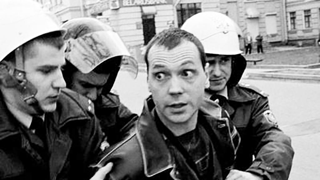 Журналист Олег Бебенин - в центре. Фото: Гугл.