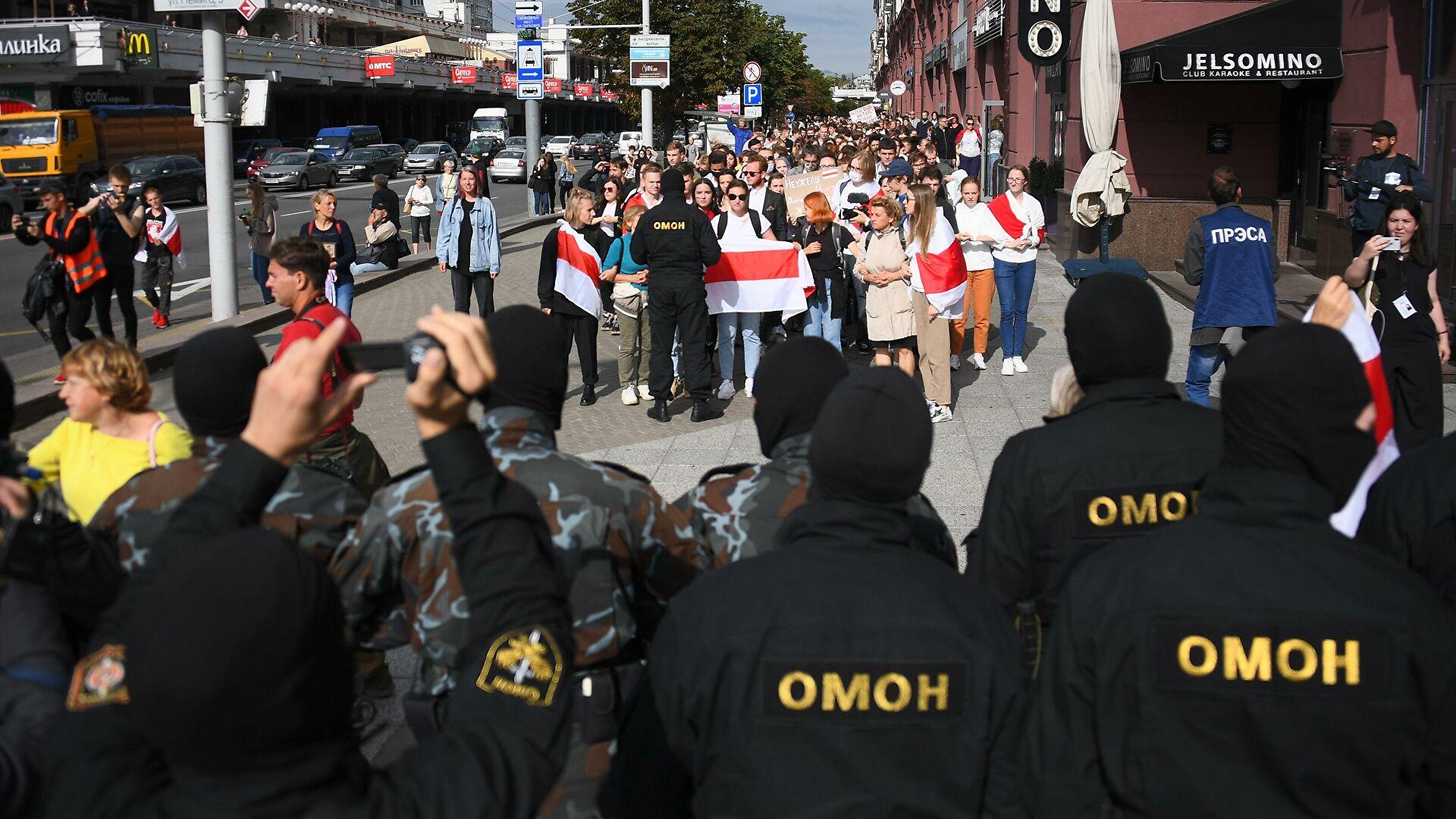 Студенты и ОМОН. Минск, 1 сентября 2020. Фото: Гугл.