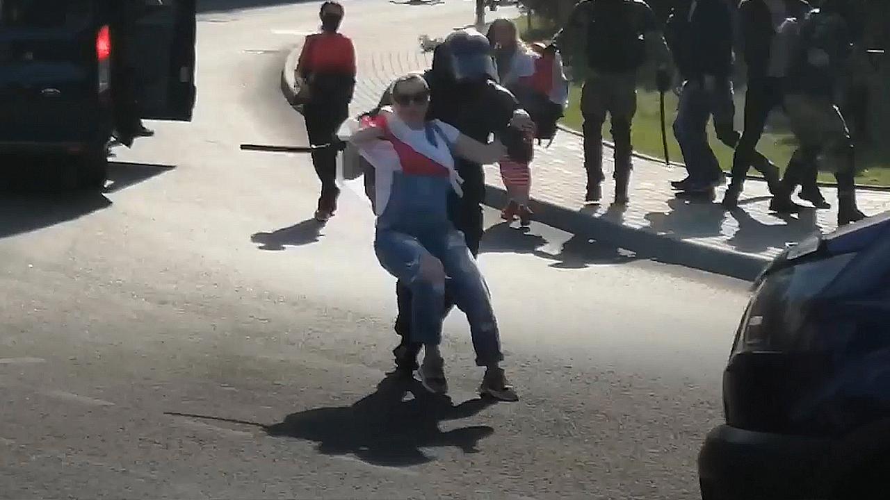 Актив гродненского ОМОНа: задержание беременной. Фото: Гугл.