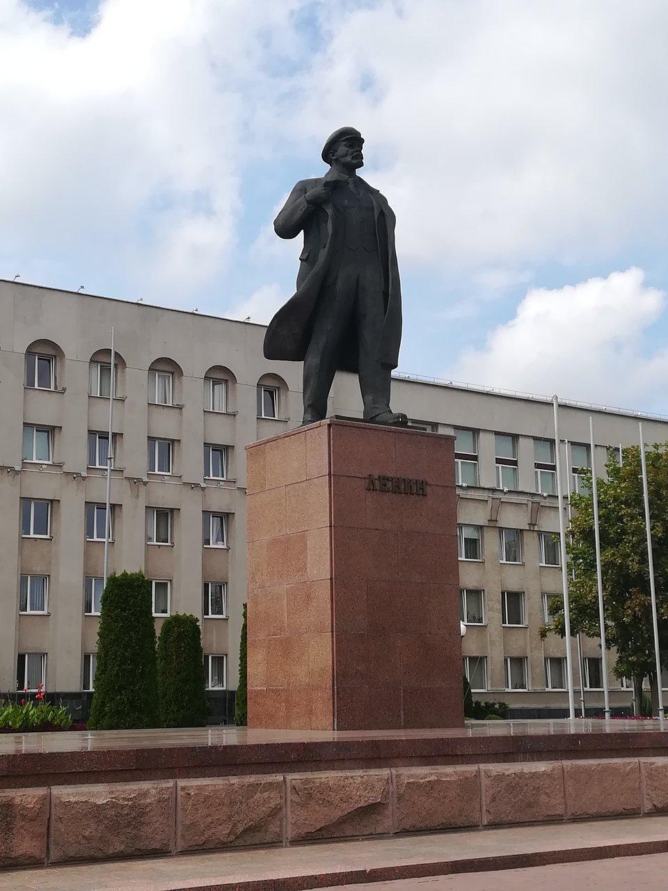 Центр Гродно, площадь Ленина, памятник вождю и здание горисполкома на заднем плане. Фото: Гугл.