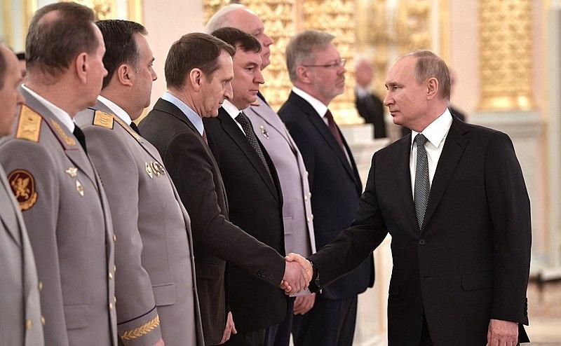 Главный разведчик России пожимает руку главному чекисту. Или наоборот. Фото: Википедия.