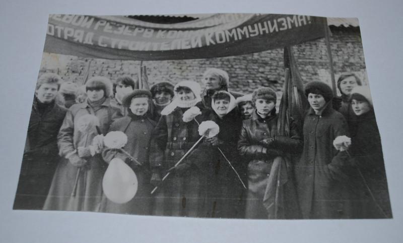 Четвертая группа третьего курса филфака Гродненского госуниверситета имени Я. Купалы 7 ноября 1982 года во дворе главного корпуса ГрГУ по улице Ожешко. Фото из личного архива автора (автор на снимке тоже есть, мелькает там сзади).