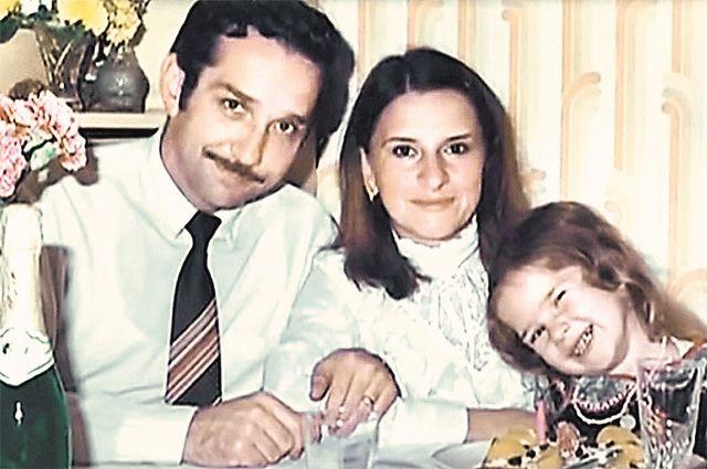 Тамара Нетыкса вместе с мужем Виталием (тоже, естественно, нелегалом) и дочерью Еленой в Латинской Америке в середине 80-х. Фото: АиФ.
