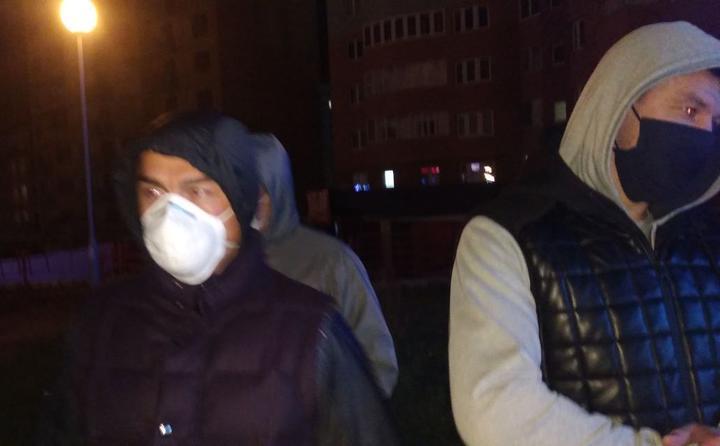 Два бандита, заснятые 18 октября в другом районе Минска. Они же орудовали на Площади перемен 11 ноября. Фото: Гугл.