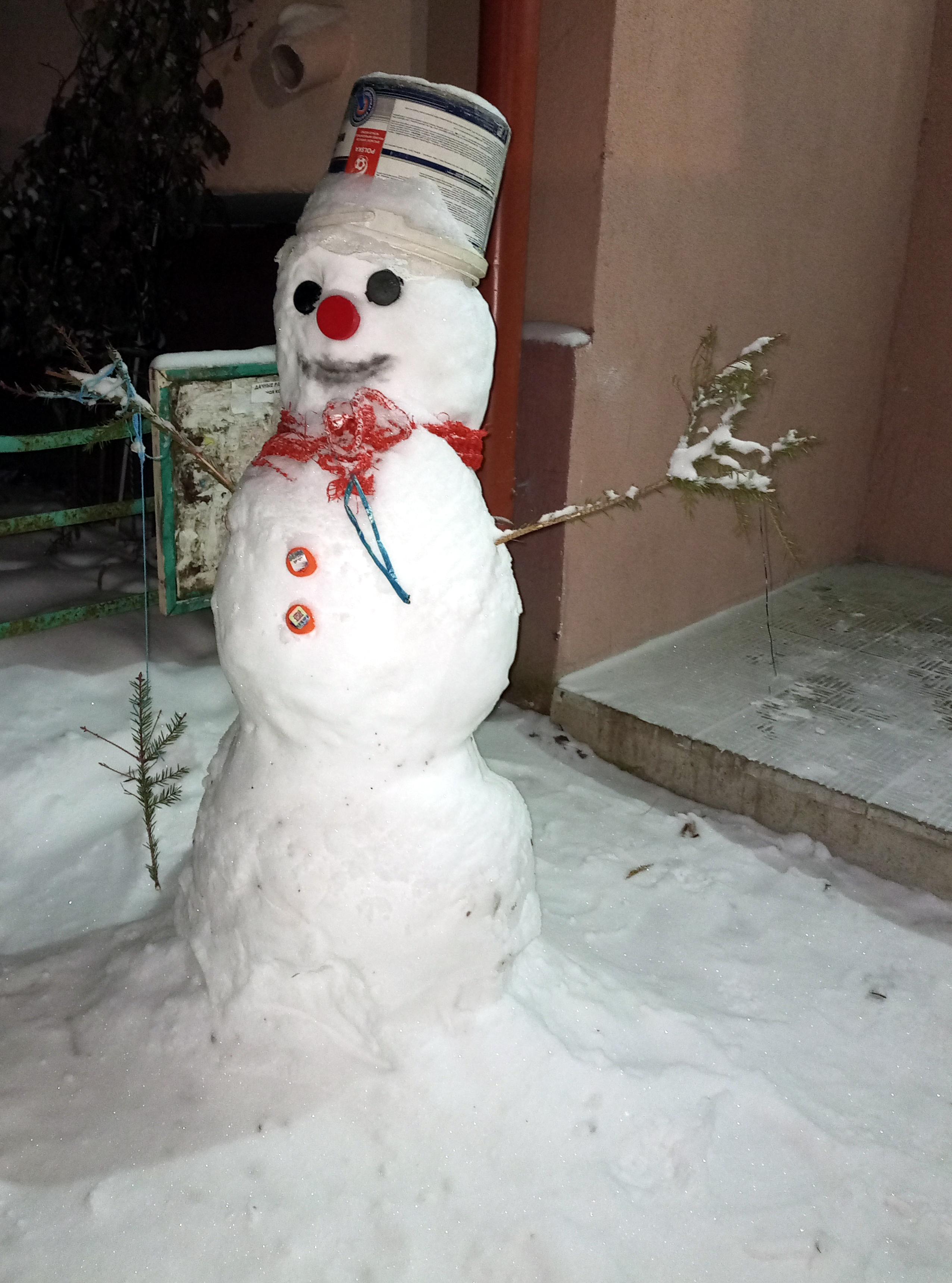 Снеговик рядом с моим подъездом. Фото из архива автора.