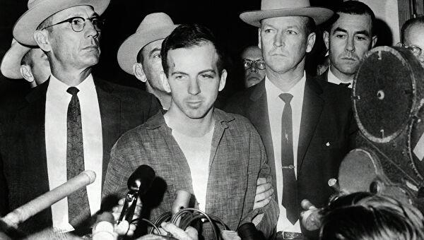 """Многочисленным репортерам в Далласе Освальд говорит: """"!Я лишь козел отпущения"""". Может, действительно так? Фото: Гугл."""
