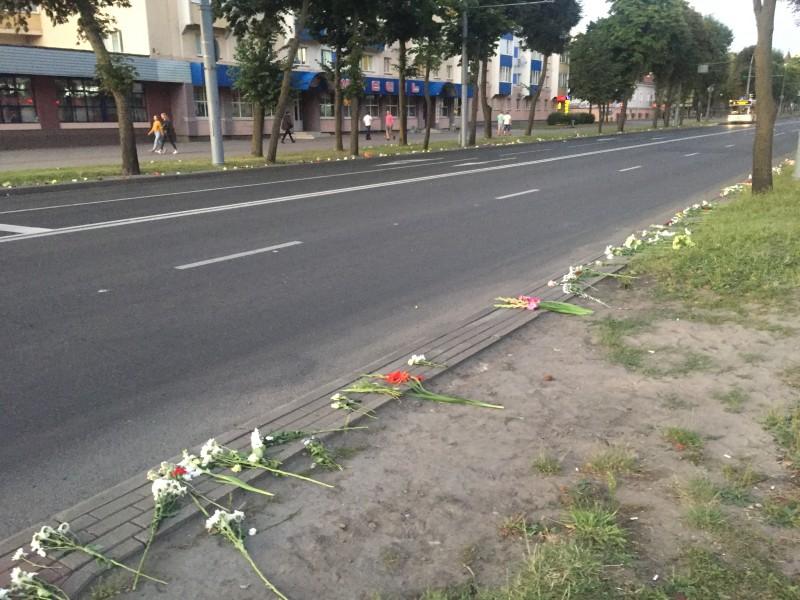 Цветы против дубинок и насилия. Проспект Космонавтов, Гродно. Фото автора.