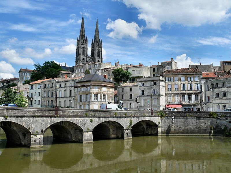 Город Ньор, Франция.  Сплошной, кстати, камень. Фото: Википедия.