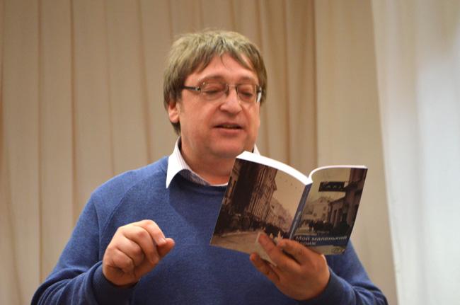 """Александр Федута и его книга """"Мой маленький Париж"""". Фото: Гугл."""