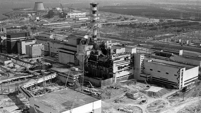 В поле пашет мирный трактор, вдалеке горит реактор... Фото: Гугл.