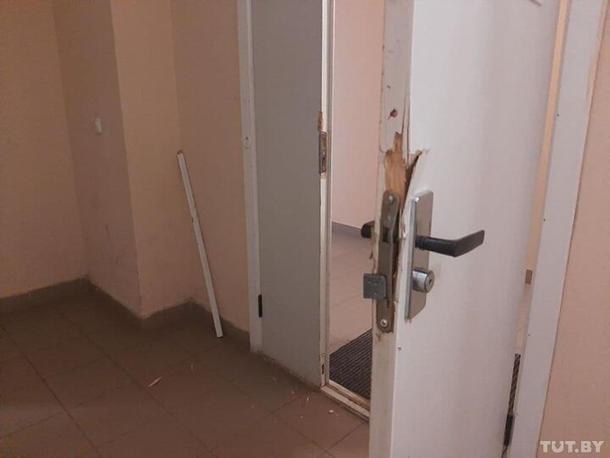Голыми ручками сломали дверь, 18 мая 2021. Фото: TUT.BY